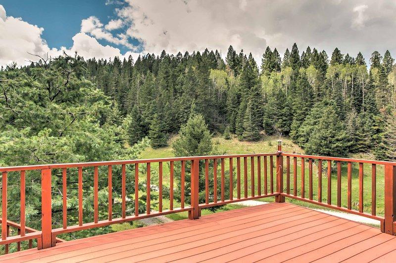 A cabine Cloudcroft A-frame oferece aos hóspedes com sorte uma vista deslumbrante da floresta.