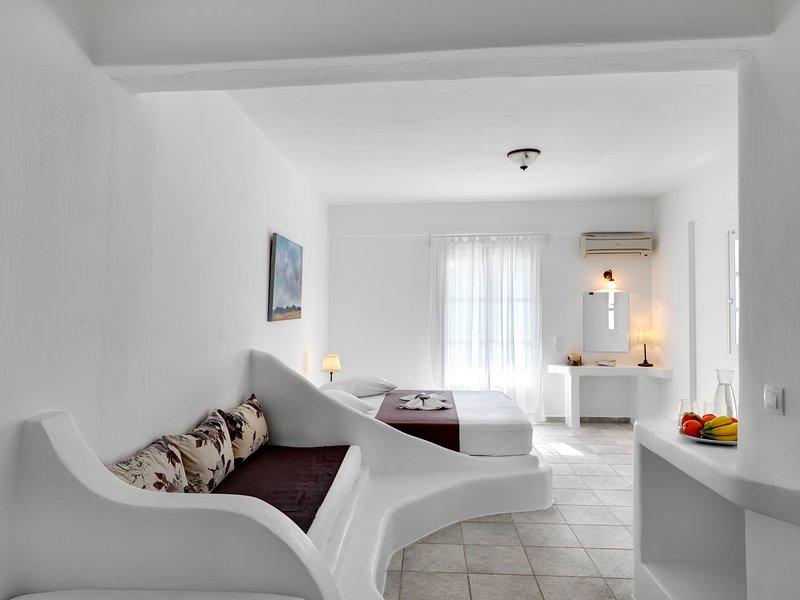 ALONI HOTEL FAMILY ROOM SEA VIEW, holiday rental in Piso Livadi