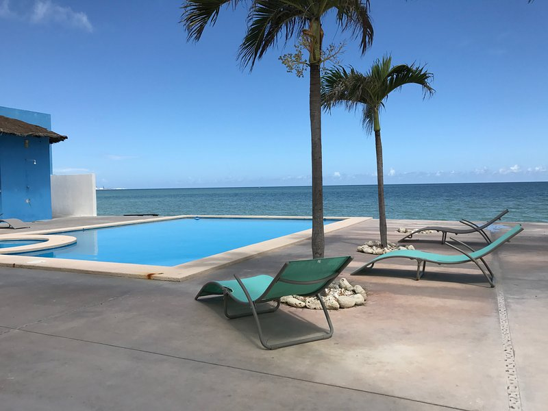 Beautiful Villa Located on the Beach with Swimming Pool, aluguéis de temporada em Chicxulub Puerto