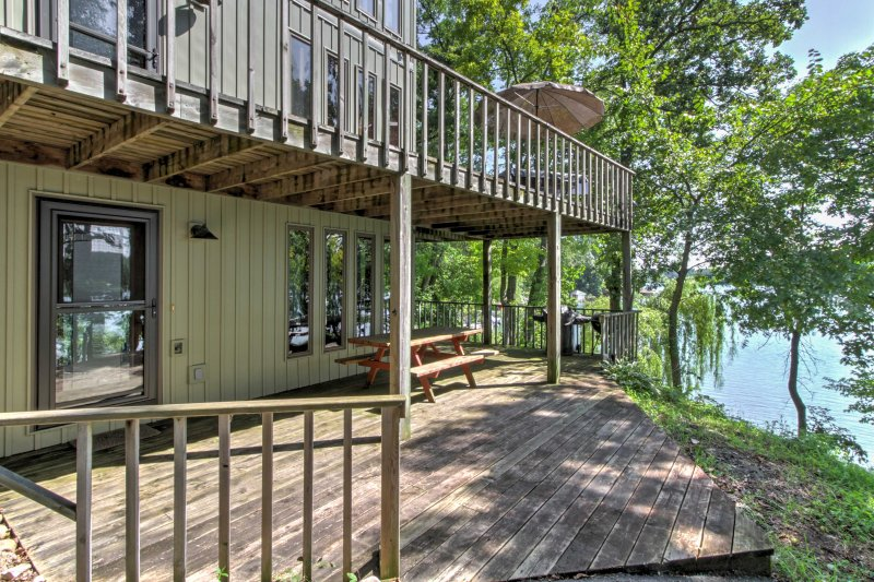 Lakefront Waupaca Home w/Pool Table, Dock & Views!, aluguéis de temporada em Mount Morris
