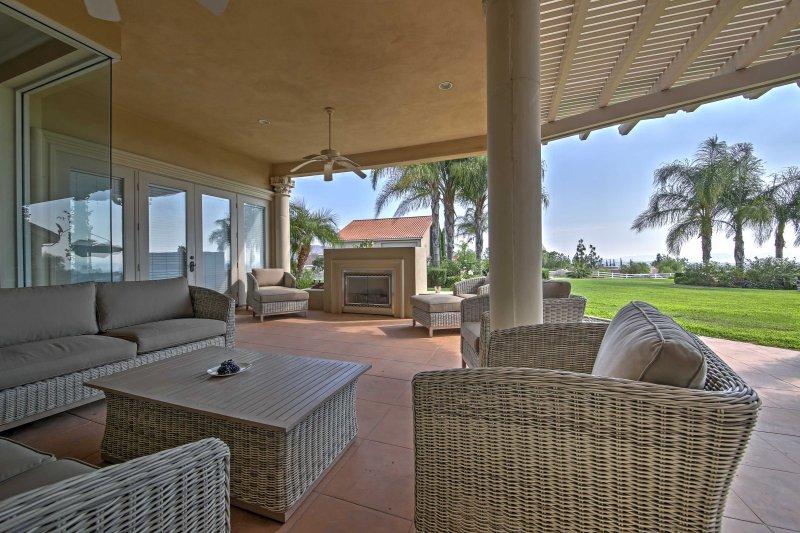 Lounge utanför och spendera otaliga timmar i utomhusunderhållningsområdet!