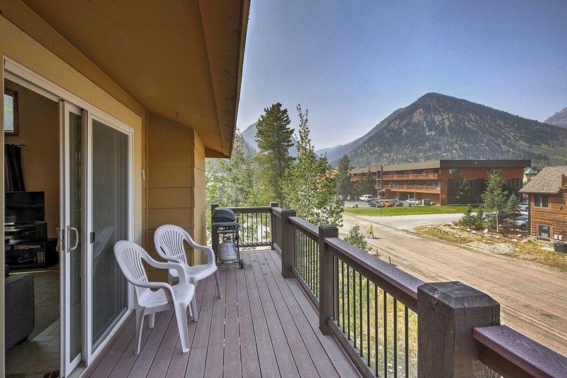 Du kommer aldrig att tröttna på den tid som spenderas på balkongen som vetter mot bergen.