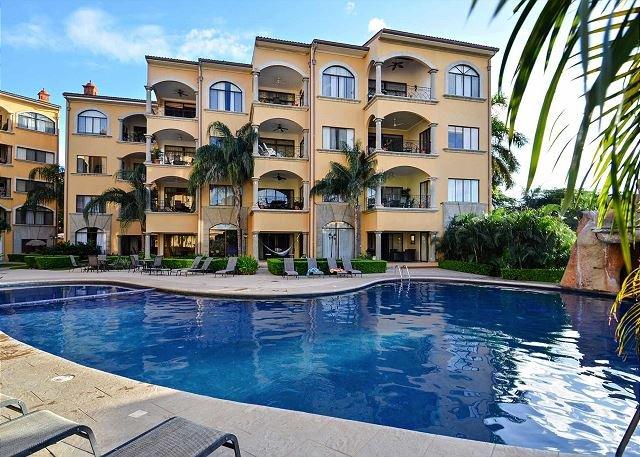 Disfruta de nuestra piscina grande y relajante.
