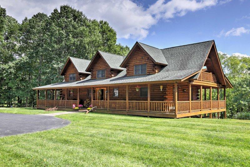 A casa fica em 6 acres de propriedade exuberante e está rodeado por uma densa floresta.