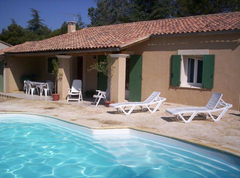 LS2-23 LOU CALADE, Maison de Vacances avec Piscine Chauffée, au coeur du Luberon, holiday rental in Cabrieres-d'Avignon