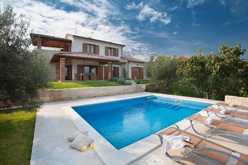 Beautiful Luxury Villa Maria with a swimming pool and a sea view, casa vacanza a Cizici