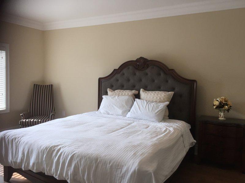 La camera da letto matrimoniale con nuovo letto king size e materasso, lenzuola di cotone egiziano