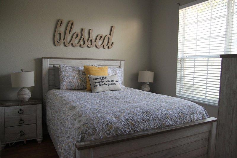 Niedrigere Schlafzimmer mit Doppelbetten, TV und Doppel Nachtschränkchen