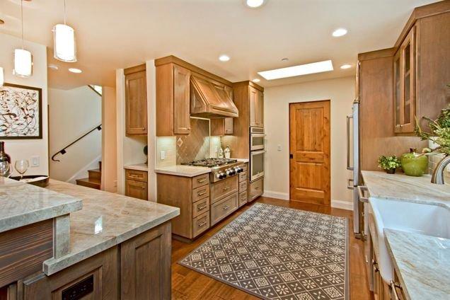 Cozinha com fogão a gás, forno e microondas, máquina de lavar louça
