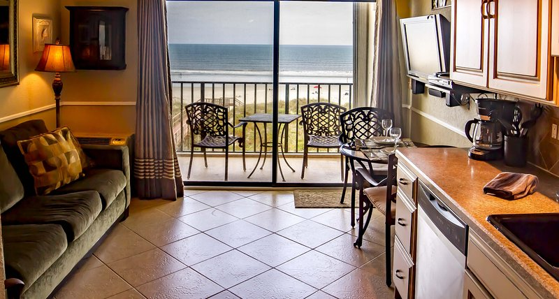 Beautiful 4th Floor Oceanfront Condo ~ Heated Pool ~ Pet Friendly!!!, location de vacances à Crescent Beach