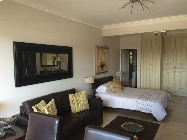 Sunny Mouille Point Studio Apartment, holiday rental in Three Anchor Bay