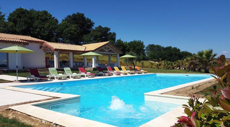 Villa De Carlonis con Piscina Privata con Jacuzzi, per 18 persone,vicino al mare, vacation rental in Morrovalle