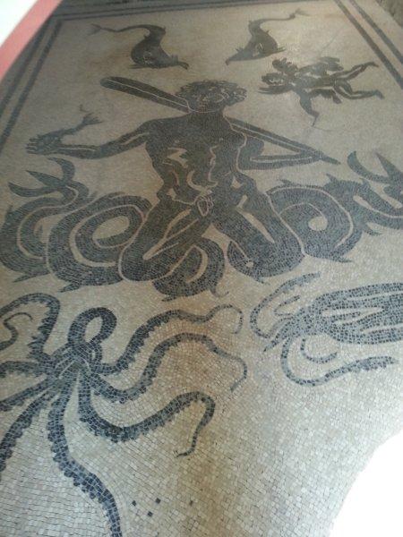 mosaico Herculano descreve Neptune com animais marinhos