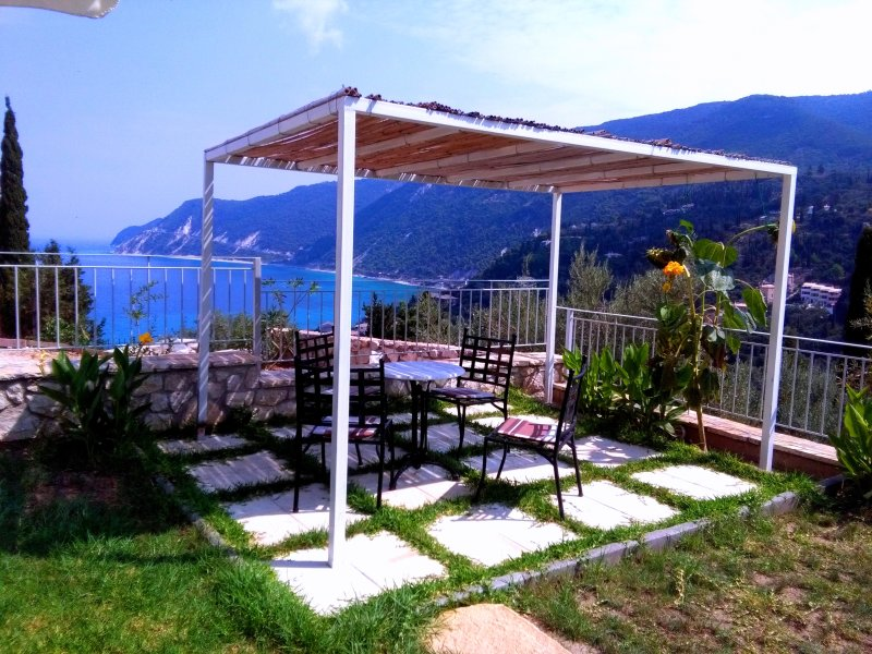 Deep Blue Selana can accommodate 5 guests.The visitors enjoy sea view,green hills view and quietness