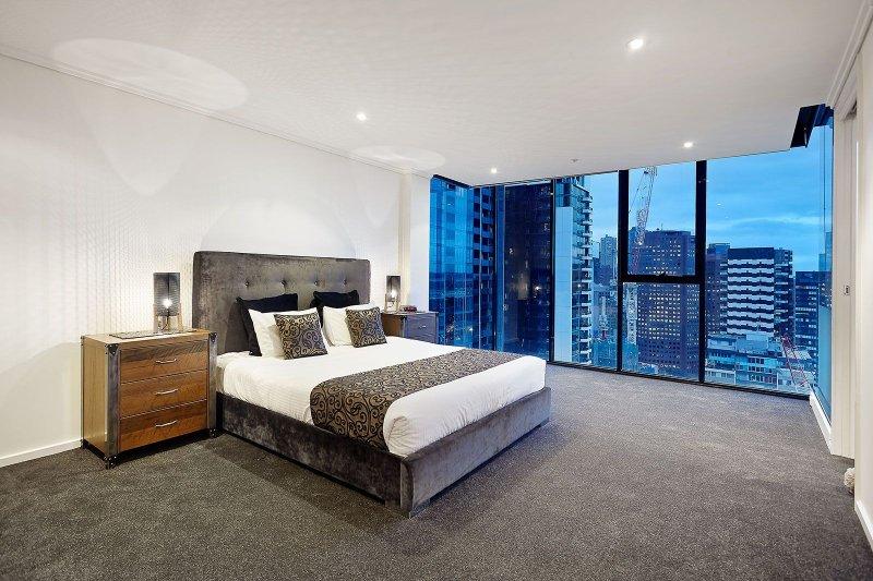 Sehr großes Haupt-Schlafzimmer mit Kingsize-Bett, Spaziergang in Robe und mit Bad