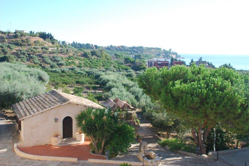 cottage con vista mare e piscina, holiday rental in Solanto