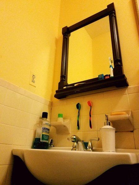 Grande espelho no banheiro. espumante sempre limpo.