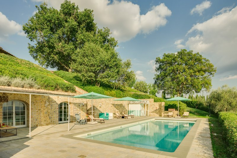 Podere del Chianti luxury villa between Florence and Siena. Sleeps 12, pool, A/C, holiday rental in Sambuca