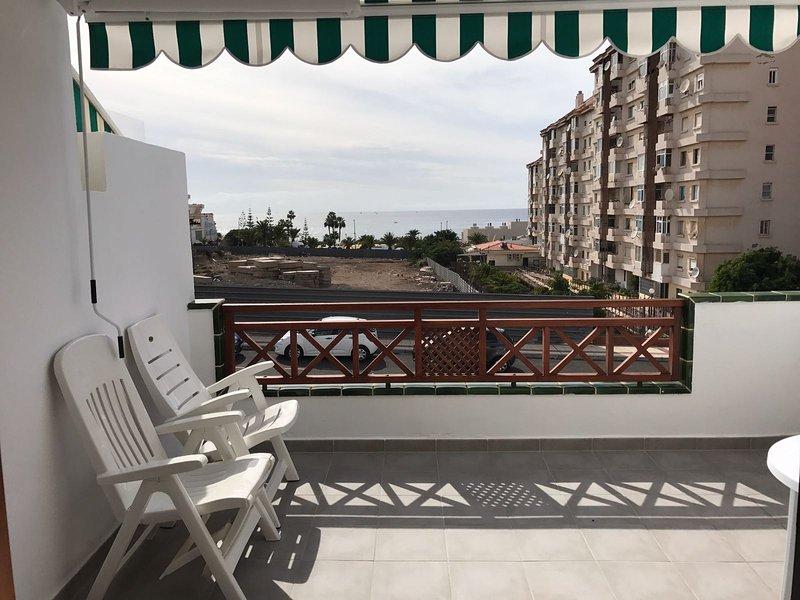 1 Bed holiday apartment rental with shared pool, Internet access and sea views, aluguéis de temporada em Los Cristianos