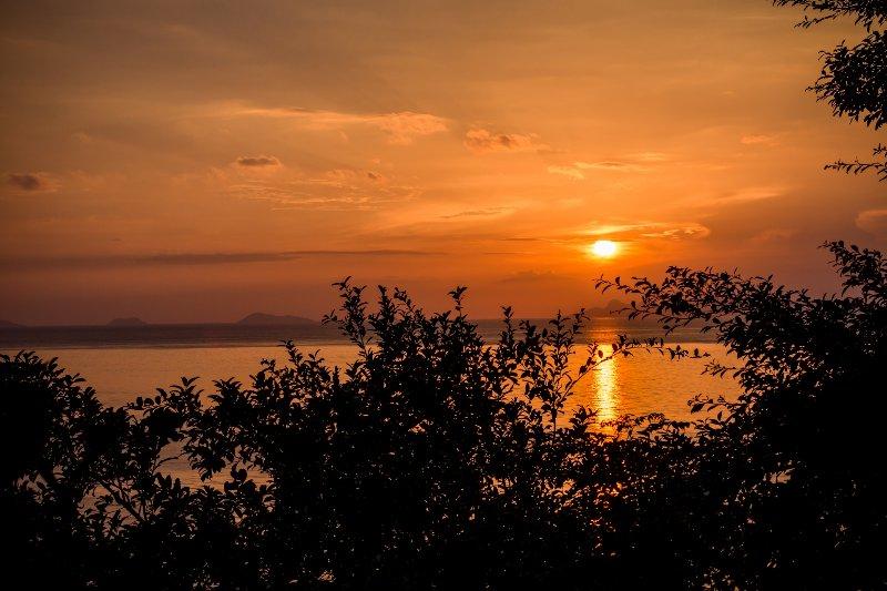 Villa est face à l'ouest et vous obtenez le coucher du soleil et la mer calme.