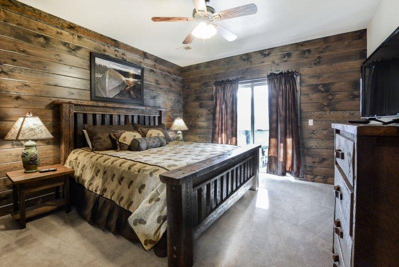 Una delle camere da letto matrimoniale al livello principale. materasso di alta qualità anche!