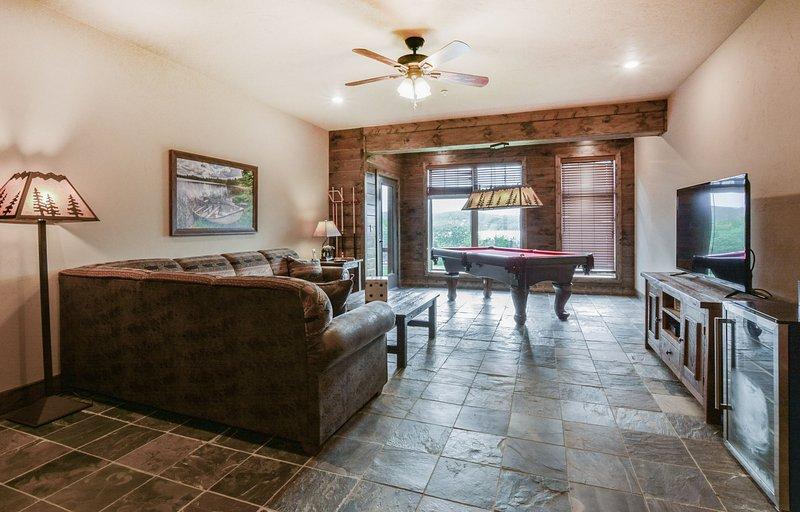 """2 ° zona giorno dispone di un comodo divano, full size tavolo da biliardo e 55"""" flat tv"""