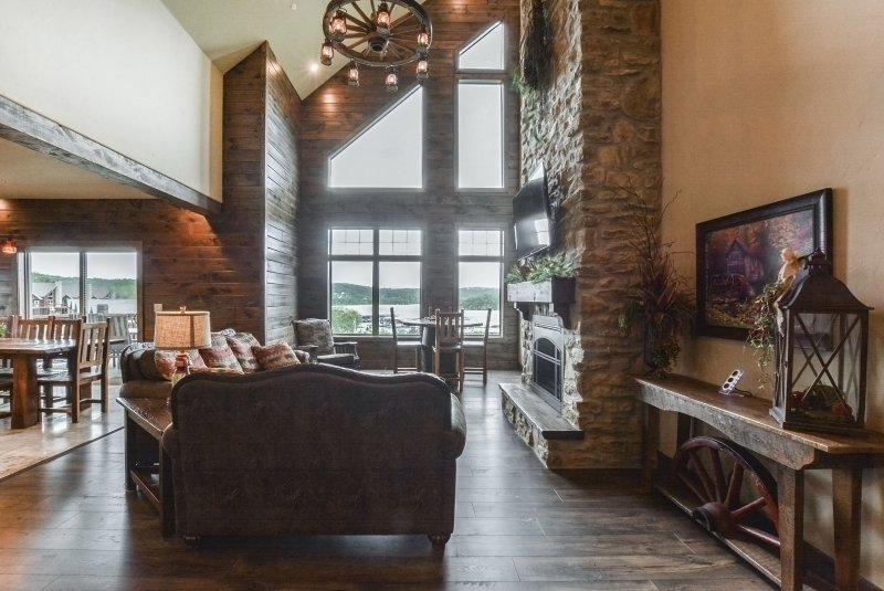 cómoda sala de estar con grandes ventanales y planta libre!