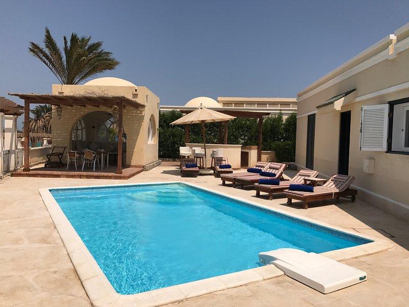 Bienvenido a Villa colina 76 sol y la cubierta de la piscina con tumbonas, sala de sol y barbacoa y bar asientos