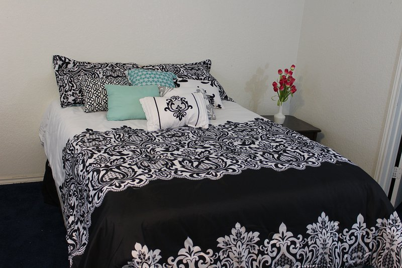 Queen size bed for 2 guests