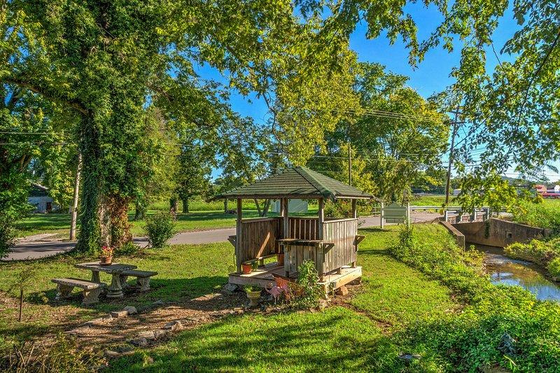 Siroter un verre de vin en plein air dans le belvédère ou autour de la table de jardin.