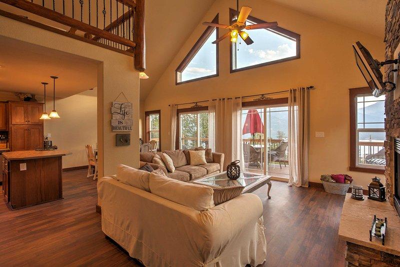 Genießen Sie den Blick vom offenen Wohnbereich oder von der Terrasse aus.
