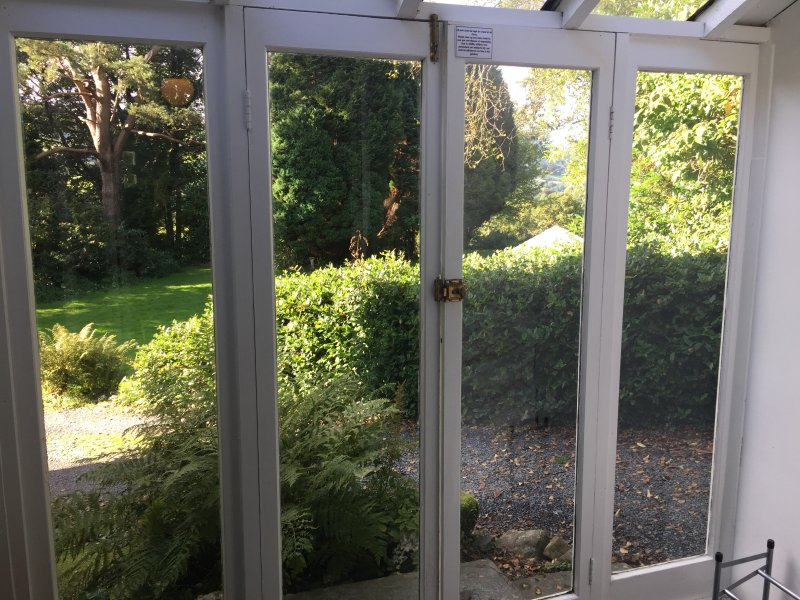 Ver a través de puertas francesas con jardín