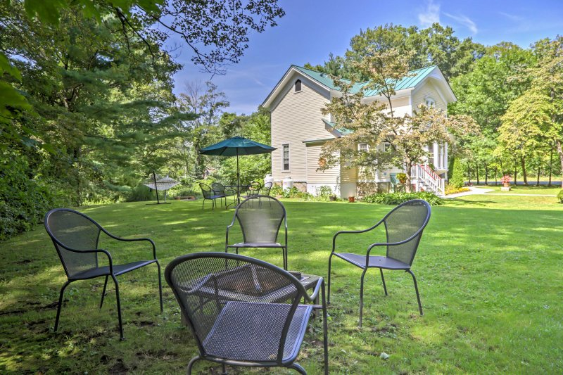 Up to 4 guests can enjoy the home's unbeatable outdoor accommodations.