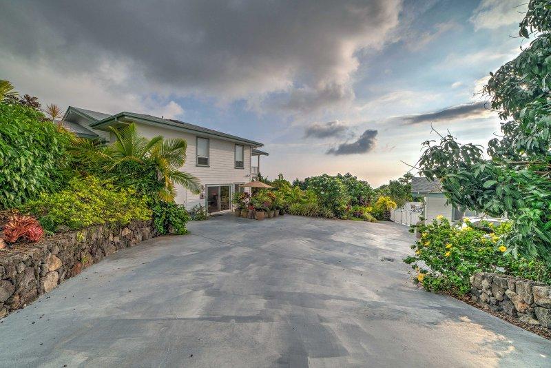Giardini lussureggianti fiancheggiati da vegetazione tropicale e frutteti circondano questa casa.