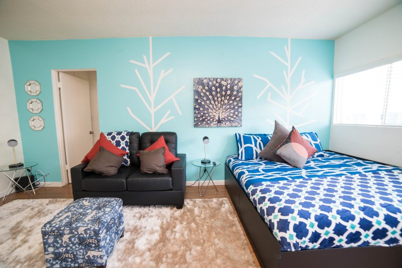 GORGEOUS 1 BEDROOM APARTMENT IN THE MIDDLE OF HOLLYWOOD, 1 QUEEN SIZE BED + 1 TRANSFORMABLE SOFA