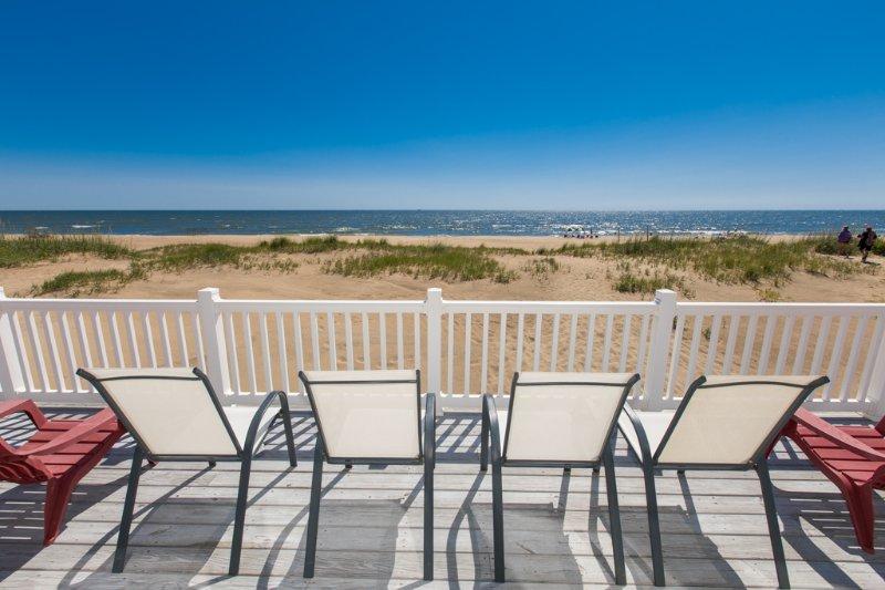 Sedia, mobili, balcone, tavolo da pranzo, tavolo
