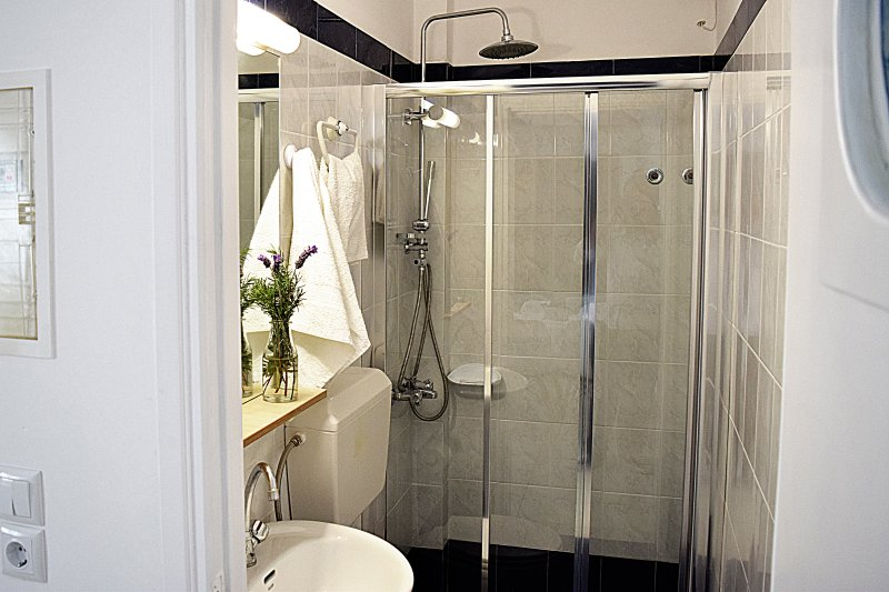 Badezimmer mit Dusch- Holiday Beach Apartment in Kiveri Dorf in der Nähe Nafplion