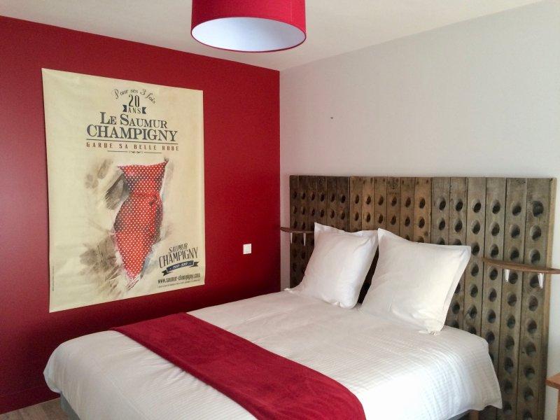 """quarto familiar """"Os Lobos Trevas"""", com 1 cama queen-size e 1 cama de puxar (1 casal ou 2 solteiros)"""