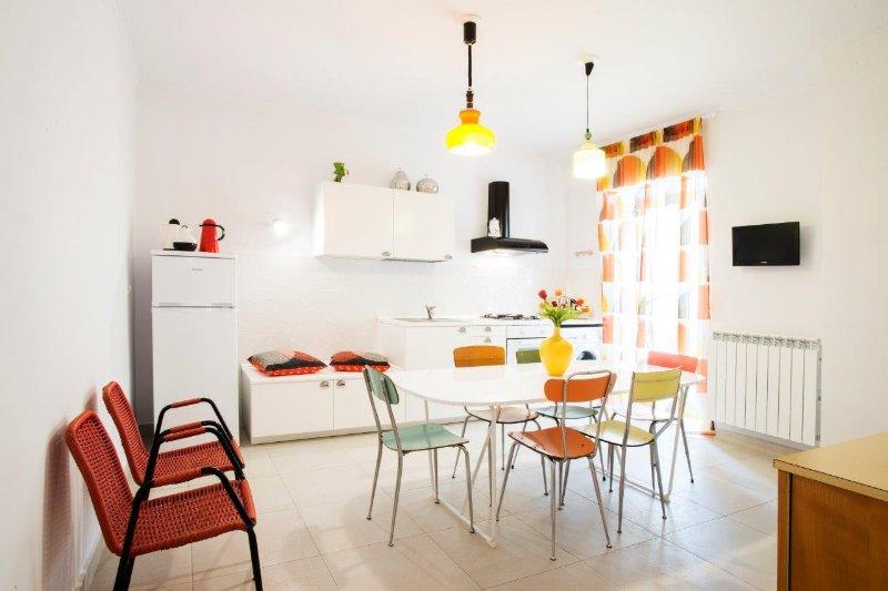 La cucina, spaziosa e completamente attrezzata.