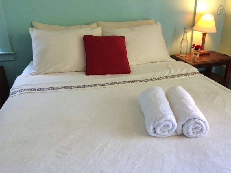 cama king size acogedor en las tres habitaciones. ropa de cama y almohadas cómodas.