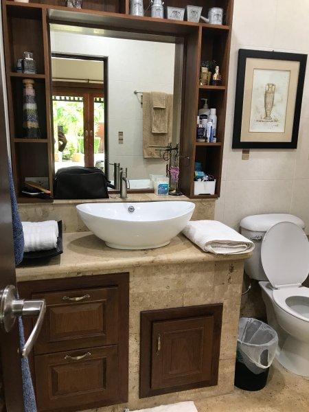 Chambre à coucher principale toilette complète. Nouvellement rénové armoires.