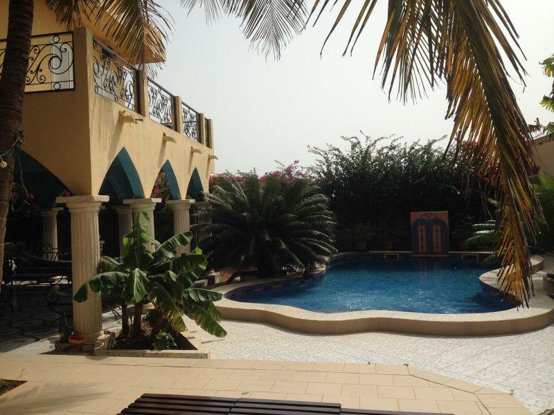 villa vue mer, piscine sans vis à vis, jardin luxuriant, calme, aluguéis de temporada em Mbour