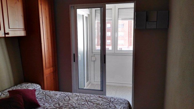 Precioso apartamento con garaje por el Corte Ingles y Plaza de toros, holiday rental in La Cisterniga