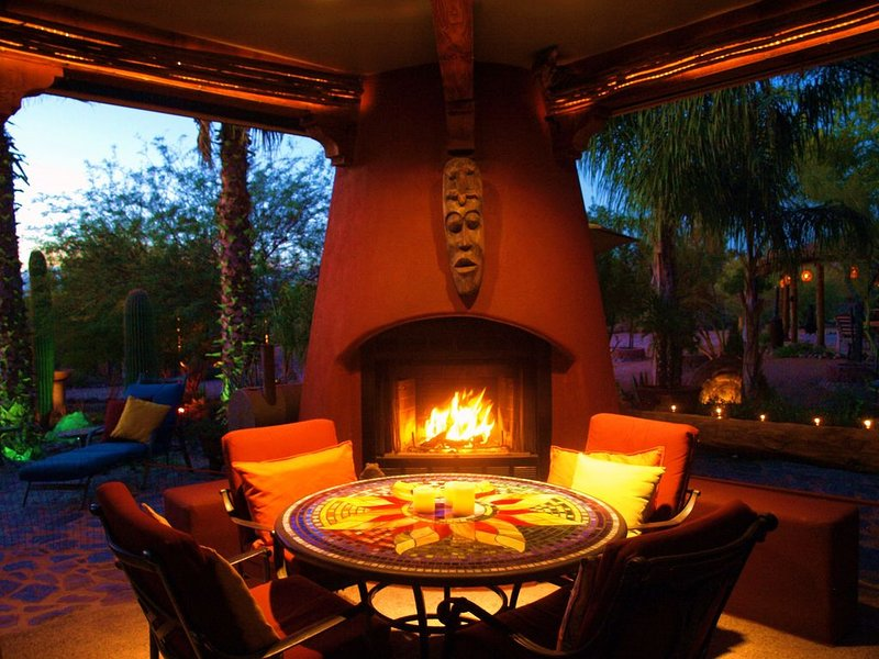 patio Maison principale est le principal lieu de rassemblement avec bar, barbecue, 2 TV et vue sur le désert incroyable
