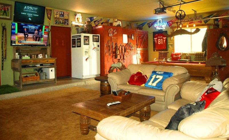 Cave Man dispose d'une table de billard, ping-pong, jeux de fléchettes, 2 TV et bien sûr d'un réfrigérateur de bière.