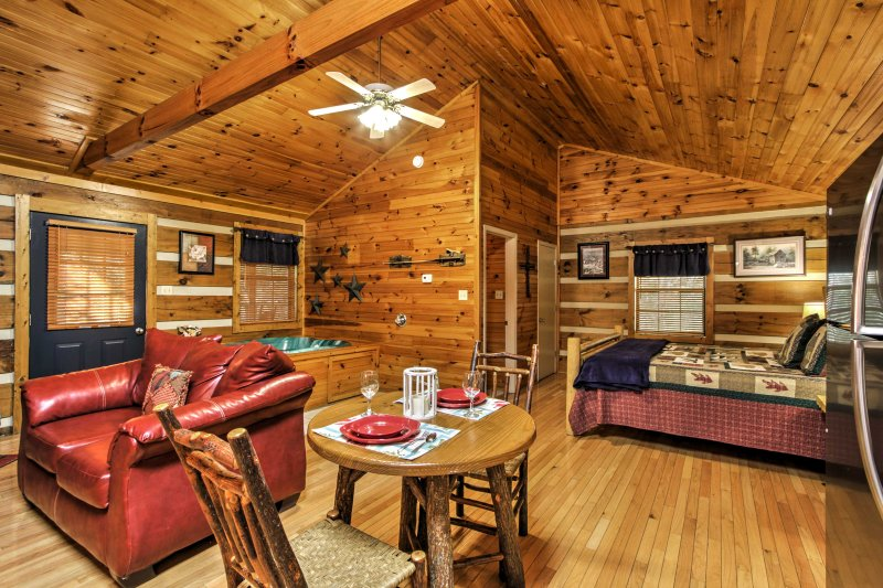 Escape to Pigeon Forge for a romantic woodland retreat with your loved one at this cozy studio which comfortably sleeps 2.
