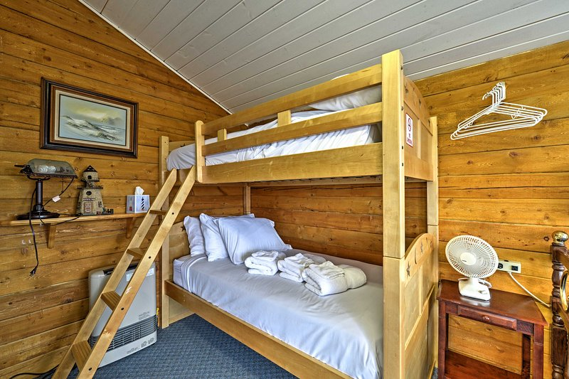 Leave your linens and towels at home, because they are both provided when you visit this vacation rental.