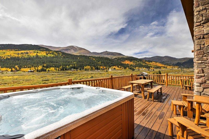 Secluded Alma Log Cabin w/Deck, Hot Tub and Views!, alquiler de vacaciones en Alma