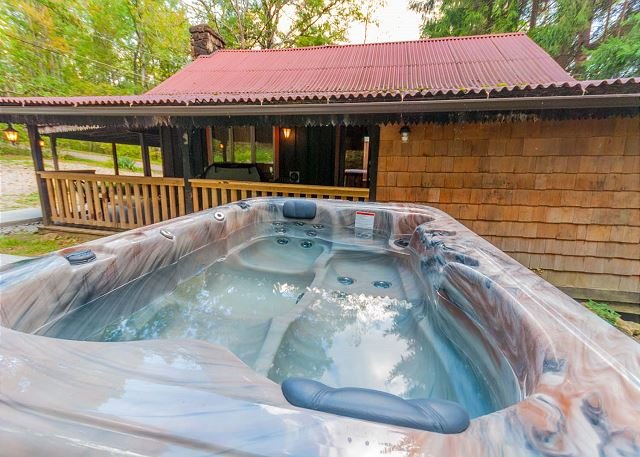 Cozy, rustic cabin w/ HOT TUB minutes from Ohiopyle State Park!, vacation rental in Confluence