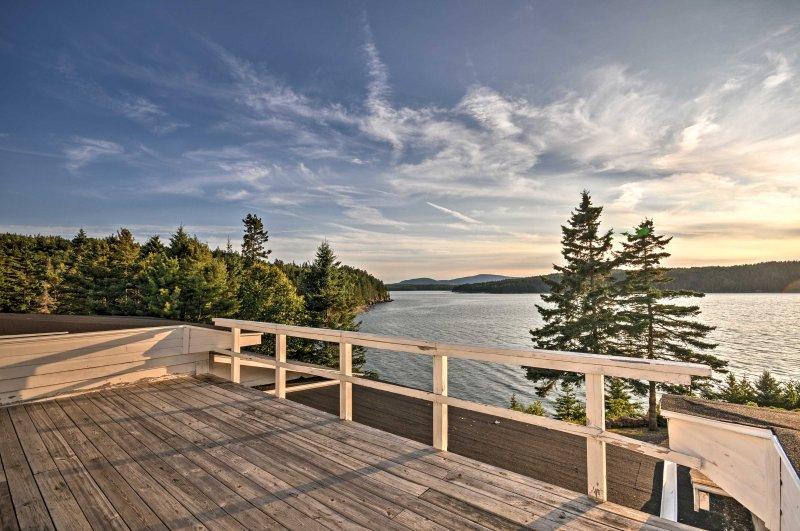 Charming Waterfront Winter Harbor Cottage w/Views!, aluguéis de temporada em Winter Harbor
